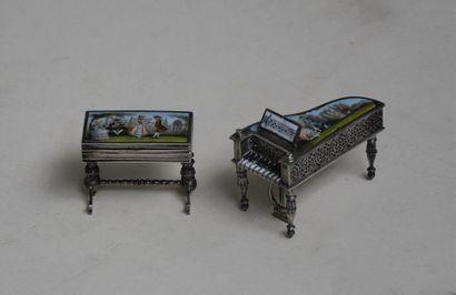 Clavecin et petite table à plateau ouvrant...