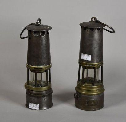 Deux lampes de mineur en fer et laiton (modèles...