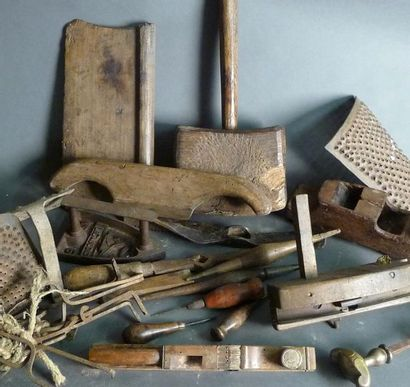 Lot d'outils divers : rabots, râpes, maillet,...