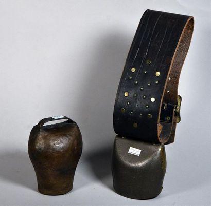 Grande cloche en fer avec son collier en...