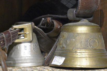 Deux cloches en bronze dont une marquée Le...