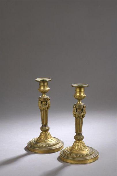 ? Paire de flambeaux en bronze doré. Fut...
