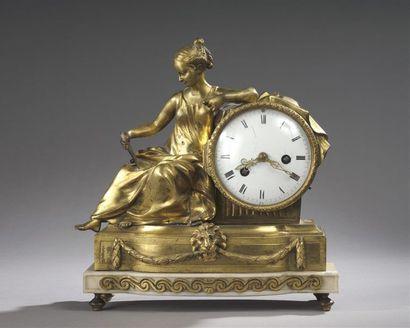 Pendule en bronze doré ornée d'une Cléopâtre...