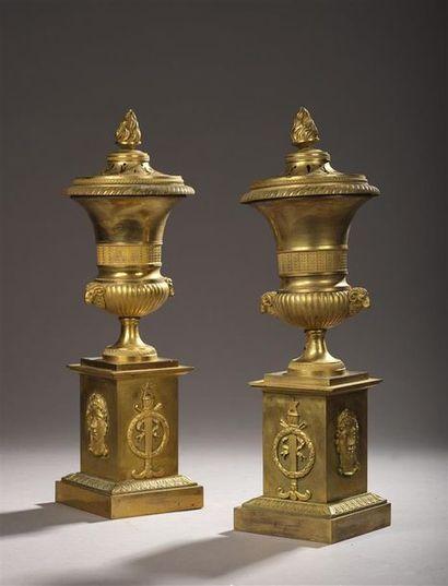 Paire de vases cassolettes formant pots-pourris...