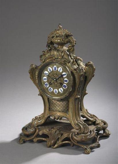 Pendule sur socle en bronze doré à riche...