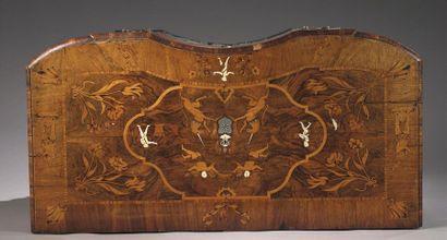 Commode à façade galbée ouvrant à trois tiroirs à riche décor marqueté de licornes,...