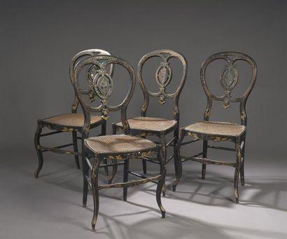 Suite de quatre chaises cannées en bois relaqué...