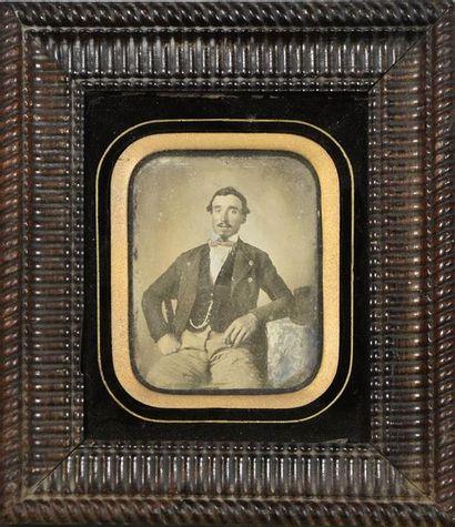 Daguerréotype, vers 1850 Portrait d'un homme assis accoudé sur une table H. 10 cm...