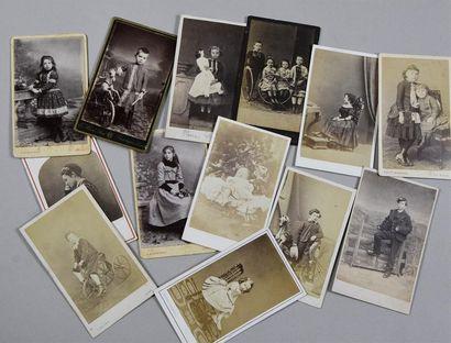 Enfants et jeunes gens sages ou mort du XIXe siècle Intéressante réunion de 54 cartes...