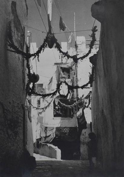 Roger Parry (1905-1977) Rue pavoisée à Capri, vers 1935 Grand tirage argentique d'époque,...