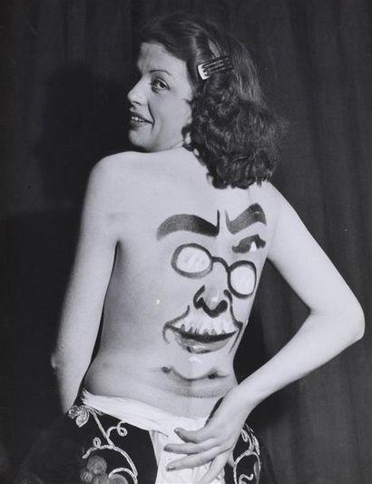 Roger Parry (1905-1977) Chopy peignant sur le corps d'une femme, vers 1940 2 tirages...