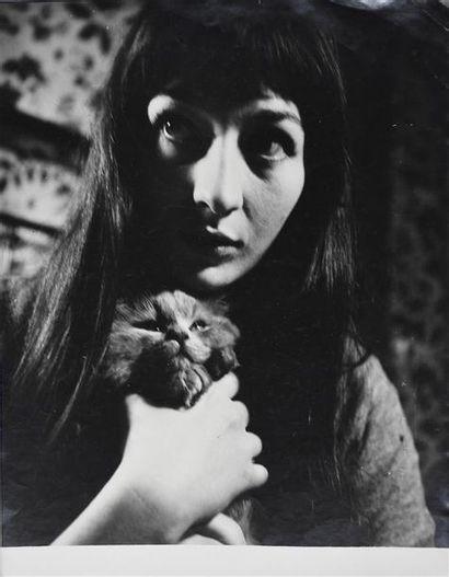 Roger Parry (1905-1977) Juliette Gréco serrant un petit chat, vers 1943 Tirage argentique...