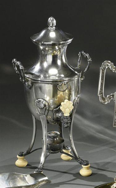 Fontaine à thé en argent, sur quatre montants...