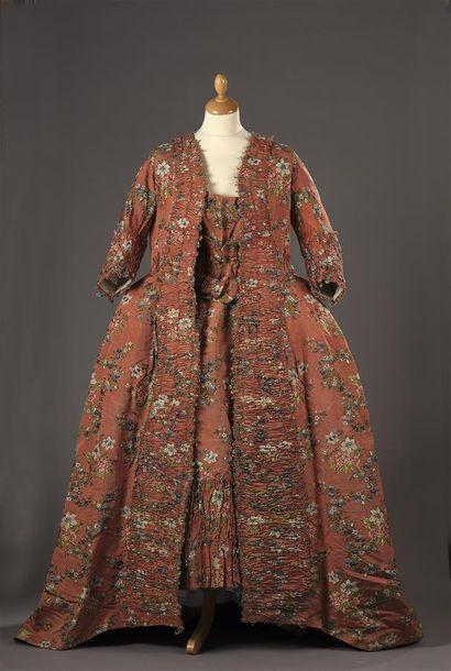 Robe à la française, vers 1760, lampas fond cannetillé corail broché soie polychrome...