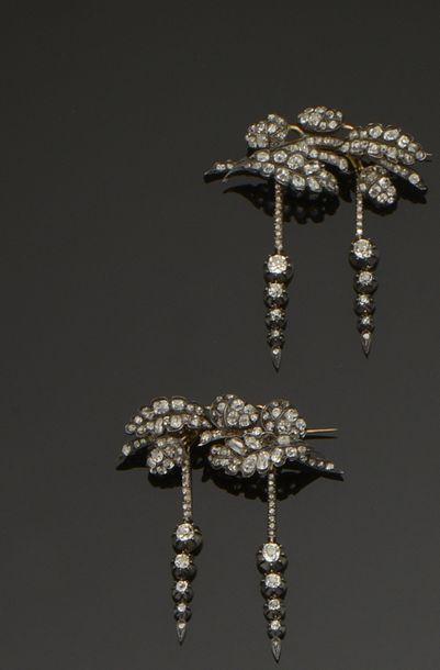 Paire de broches en argent (800°/°°) et or...
