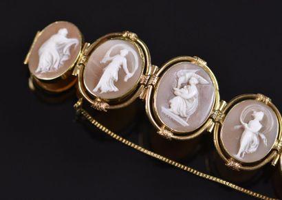 Bracelet composé de neuf camées ovales sur...