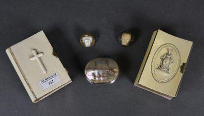 Lot comprenant deux missels à couverture en ivoire (plats détachés), un petit porte-monnaie...