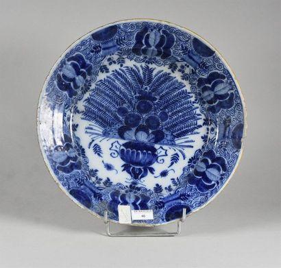 DELFT, XVIIIe siècle Grand plat creux en faïence à décor en camaïeu bleu, au centre...