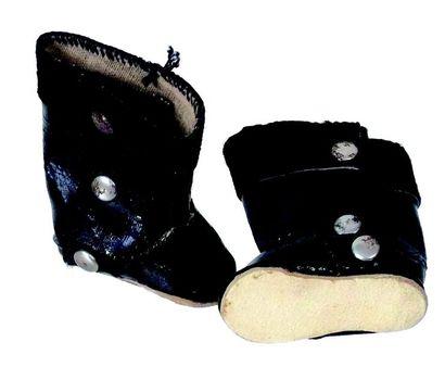 Paire de bottines noires en toile cirée avec...