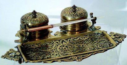 Encrier en métal doré avec flacons en verre;...