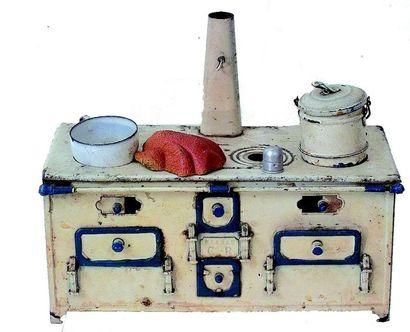 Petite cuisinière en tôle peinte de fabrication...