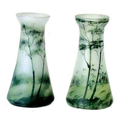 Deux vases miniatures en pâte de verre avec...