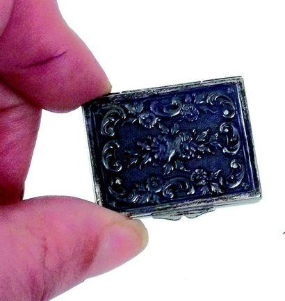 Petite boîte en métal argenté + joli boîte en cartonnage avec chomolithographie...