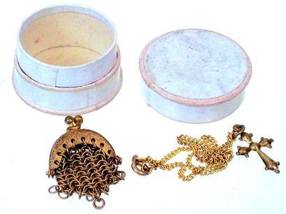 Bourse en mailles de métal doré + crucifix...