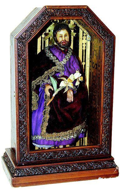 ST Joseph en cire dans une chapelle de bois....