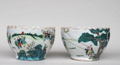 Paire de cache-pots à col dentelé en porcelaine émaillée à décor polychrome d'enfants...