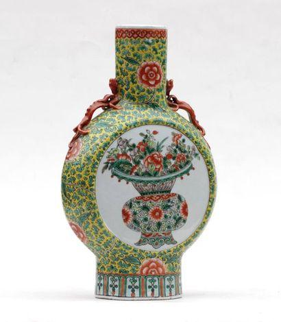 VASE de forme gourde en porcelaine à décor...