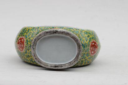 VASE de forme gourde en porcelaine à décor polychrome floral en réserve et sur fond...