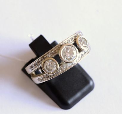 BAGUE en or gris 750°/00 sertie de 3 diamants,...