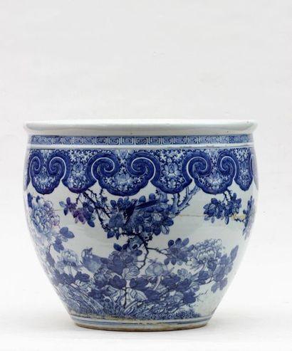 AQUARIUM en porcelaine à décor en camaieu de bleu de branchages fleuris, Chine (accidenté...