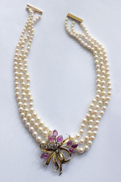 Collier composé de 3 rangs de perles de culture...