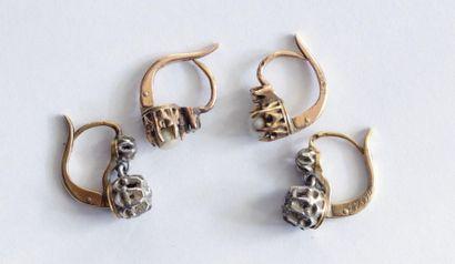 PAIRE de boucles d'oreilles en or jaune,...