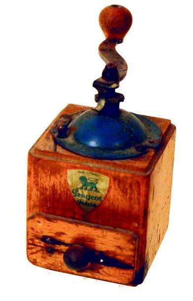 Moulin à café de petite taille en bois, qui...