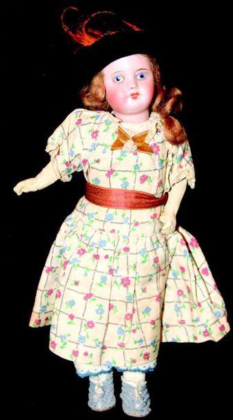 Petite poupée avec tête en biscuit coulé...