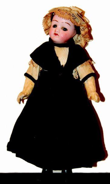 Petite poupée à tête en biscuit coulé, yeux...