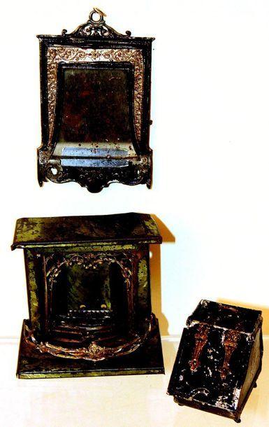 Ensemble de meubles miniatures en plomb, comprenant une cheminée (7 X8 cm) avec...