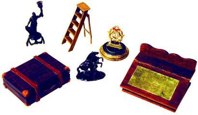 Ensemble d'objets miniatures comprenant;...