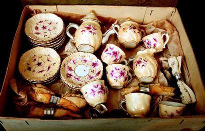 Un petit service à thé et à dessert avec...