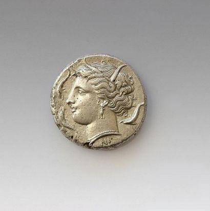 SYRACUSE Tétradrachme Avers : Tête de Persephone...