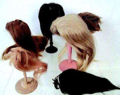 Lot de 7 perruques anciennes de poupées de diverses tailles + vestiges Group of...