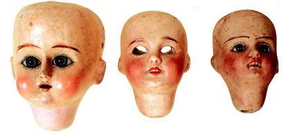 Trois têtes de bébés, une tout en bois, une...