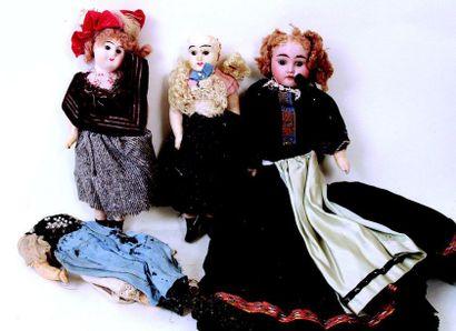 Ensemble de trois poupées à tête de composition...
