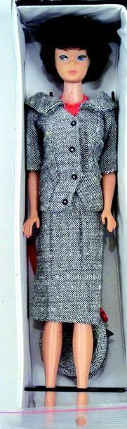 -«BARBIE» bubble cut et brune, habillée avec «Carrier Girl» (N° 954) + trois habits...