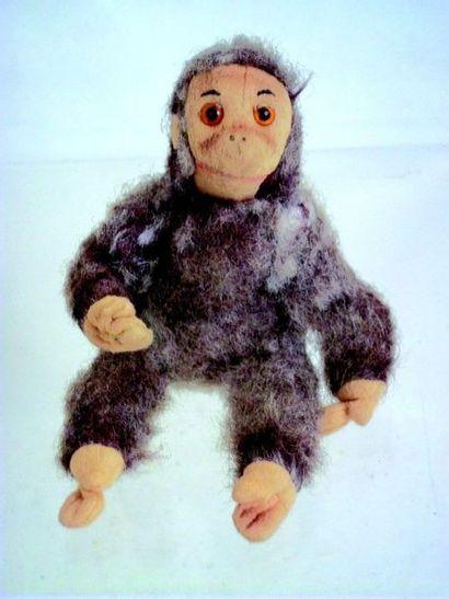 Un petit singe en peluche ancien tout articulé...