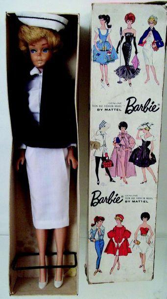 BARBIE bubble cut blonde porte l'habit «Registered...