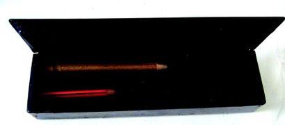 Plumier en composition noir avec l'inscription «plumes et crayons» sur le dessus....